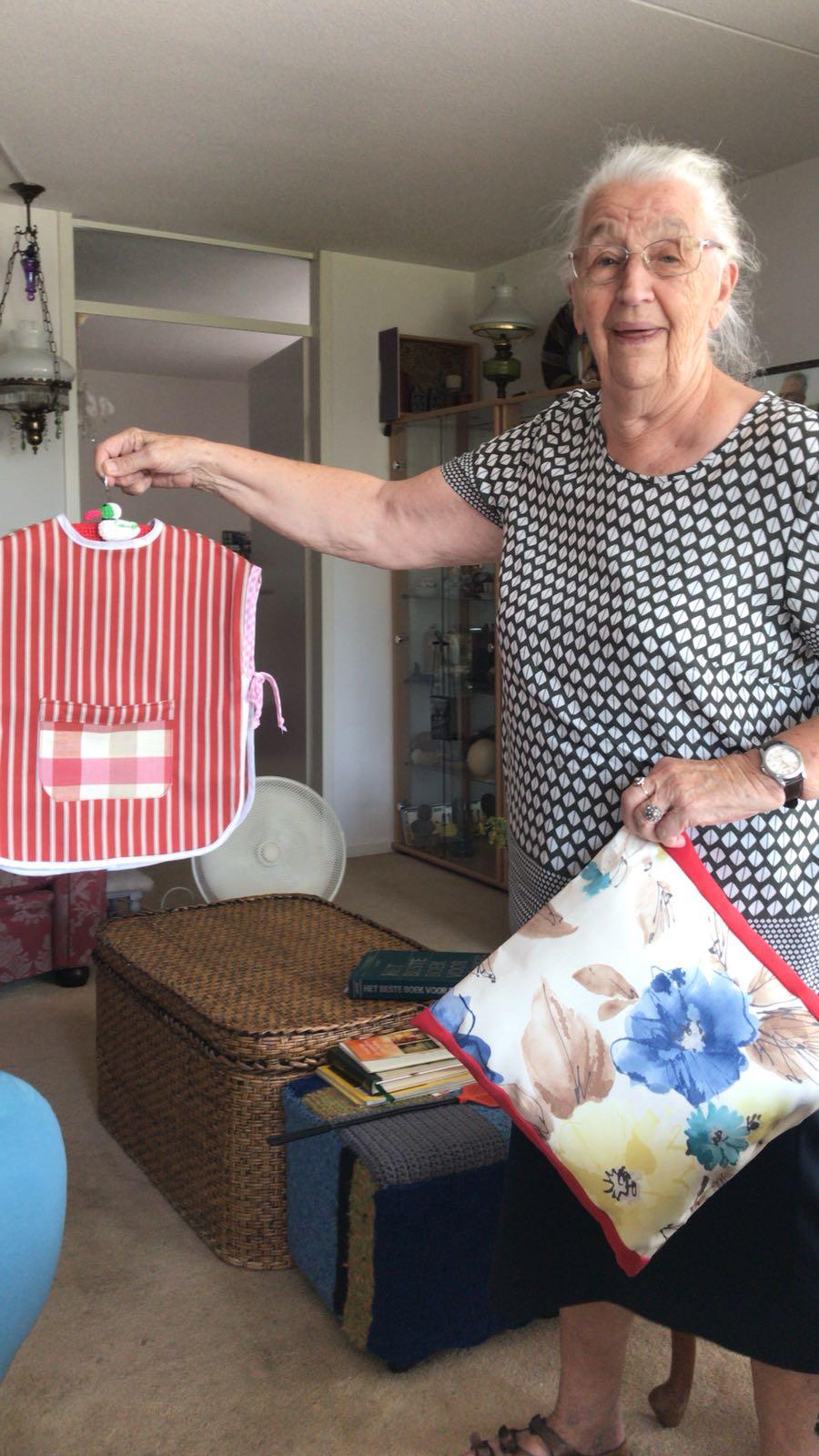 Mevrouw Kerstma maakt o.a. slabbetjes van stoffen die uit de collectie zijn